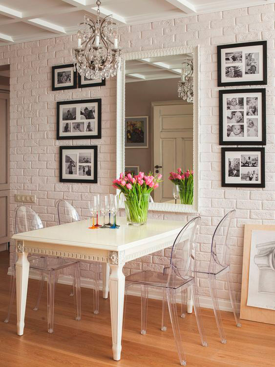 Decoração de sala de jantar simples com cadeiras transparentes